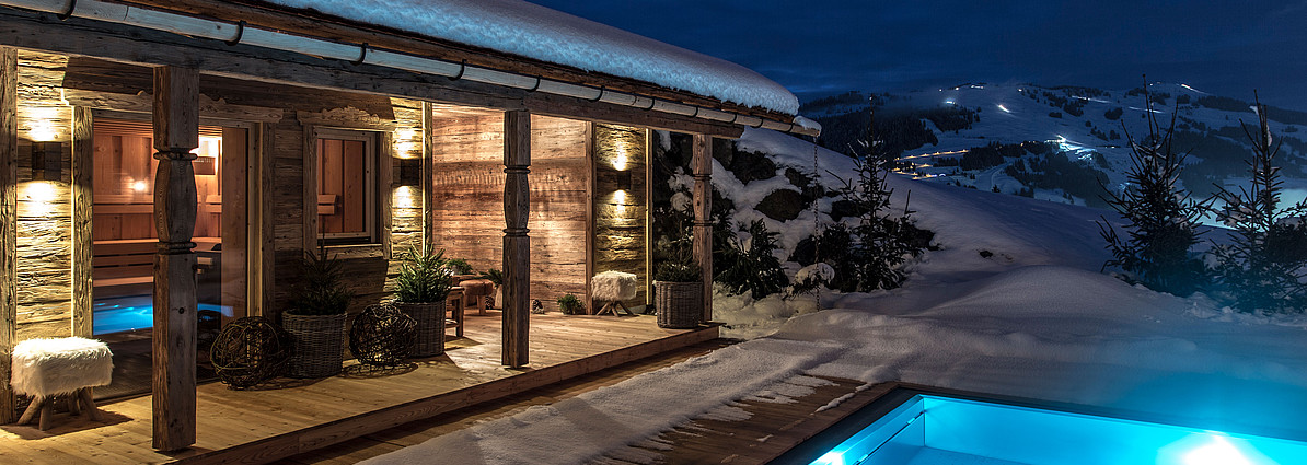 alpen luxus chalet mit wellness pool schmiedalm. Black Bedroom Furniture Sets. Home Design Ideas